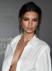 Emily Ratajkowski finished off her look with quirky dangle earrings.