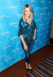 Kaitlin Olson completed her outfit with a pair of skinny jeans.