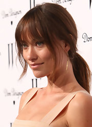 Olivia Wilde rocked 18-karat yellow gold Oscar Niemeyer earrings at a Golden Globes celebration in Los Angeles.