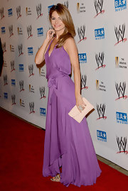 Maria Menounos left her look light and breezy when she finished off her purple wrap dress with a blush clutch.
