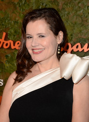 Geena Davis wore her hair in a curly side sweep when she attended the Wallis Annenberg Center Inaugural Gala.