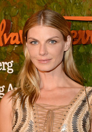 Angela Lindvall sported a casual center-parted 'do with barely-there waves at the Wallis Annenberg Center Inaugural Gala.