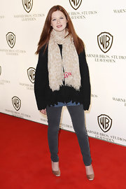 Bonnie Wright looked demure in satin champagne-colored pumps, which she paired with gray skinny jeans.