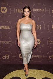 Ashley Graham complemented her dress with a pair of silver pumps.