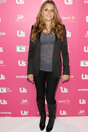 Brooke Mueller posed on the red carpet in black ruched knee high boots. She paired them with a casual black blazer and burn out tee.