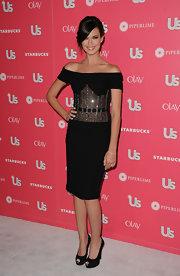 Odette donned an interesting off-the-shoulder black cocktail dress with a sheer stomach for the US Weekly Hot Hollywood party.