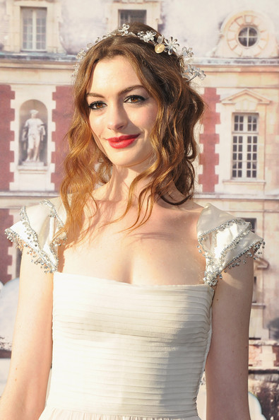 More Pics of Anne Hathaway Red Lipstick (1 of 19) - Anne Hathaway Lookbook - StyleBistro