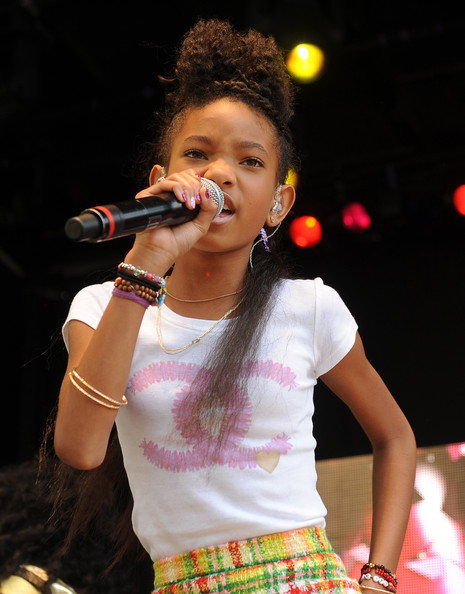Willow Smith Gold Chain [entertainment,singing,performance,music artist,singer,performing arts,music,song,microphone,event,obama,president,willow smith,will smith,jada pinkett smitt,tradition,white house,south lawn,afp,easter egg roll]