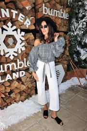 Louise Roe completed her outfit with a pair of white flare jeans.