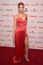 AnnaLynne McCord chose basic nude pumps to finish off her look.