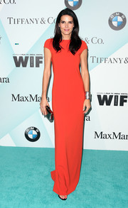 Angie Harmon's silver accessories, consisting of a Kotur clutch and a cuff bracelet, went beautifully with her gown.