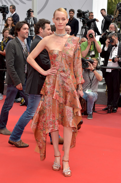 Amber Valletta was spring-chic in a handkerchief-hem, one-shoulder floral dress by Mulberry at the Cannes Film Festival screening of 'Wonderstruck.'