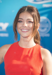 Sarah Hyland attended the 'Finding Dory' world premiere sporting a loose ponytail with wavy tendrils.