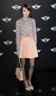 Ella Catliff completed her outfit with a pair of nude T-strap pumps.