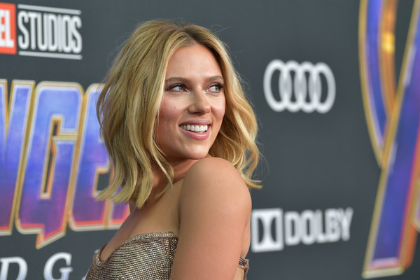 Scarlett Johansson framed her face with a stylish center-parted 'do for the world premiere of 'Avengers: Endgame.'