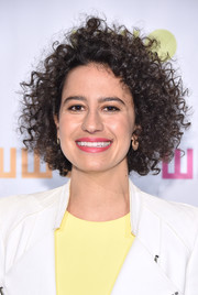 Ilana Glazer attended the Worldwide Orphans Gala wearing her hair in messy, tight curls.