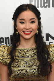Lana Condor complemented her dress with a pair of gold and black dangle earrings.