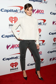 Katie Holmes attended Z100's Jingle Ball 2017 wearing a loose, high-neck white blouse.
