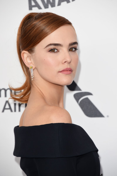Zoey Deutch Dangling Diamond Earrings [hair,face,shoulder,hairstyle,beauty,chin,eyebrow,lip,skin,cheek,arrivals,zoey deutch,film independent spirit awards,santa monica,california]