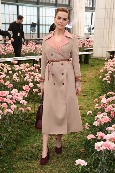 Zoey Deutch Pumps [tory burch fall winter 2018 fashion show,clothing,trench coat,coat,pink,lady,overcoat,dress,fashion,outerwear,spring,zoey deutch,front row,tory burch - backstage,bridge market,new york city,new york fashion week]