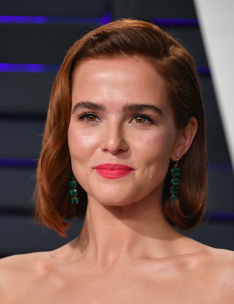 Zoey Deutch Pink Lipstick [oscar party,vanity fair,hair,face,lip,eyebrow,chin,hairstyle,beauty,forehead,cheek,head,beverly hills,california,wallis annenberg center for the performing arts,radhika jones - arrivals,radhika jones,zoey deutch]