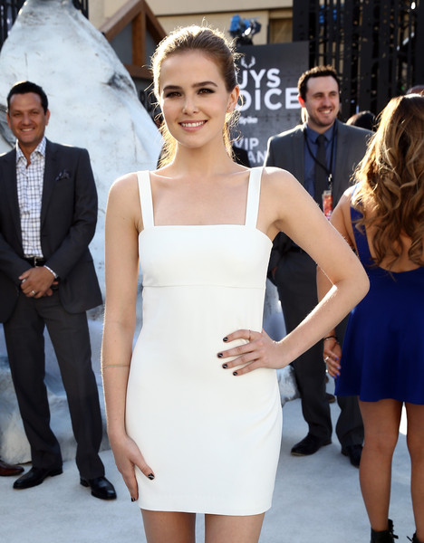 Zoey Deutch Nail Art [red carpet,clothing,dress,cocktail dress,shoulder,fashion,hairstyle,fashion model,premiere,event,joint,zoey deutch,guys choice,culver city,california,spike tv,sony pictures studios]