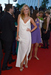 Kimberley Garner looked casual but cool in this straight white gown that featured a draped cowl neck.
