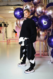 A pair of pink, black, and white trainers sealed off Hailey Baldwin's ensemble.
