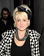 Rock-star daughter Kelly Osbourne went ultra girlie with her cropped bob and added bow headband. It's nice to see Kelly experimenting with her style. We love it!