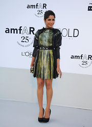 Freida Pinto kept the focus on her knockout metallic dress with classic black leather pumps.