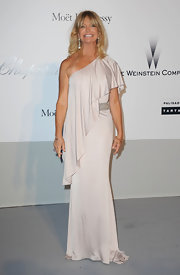 Goldie Hawn just keeps going and going! The 65-year-old Hollywood darling hit the amfAR gala in a blush one-shoulder gown reminiscent of her glory days back in the '60s and '70s. While Goldie might have tried a more formal 'do, the pale, clingy gown shows that she's still got that bod!