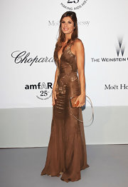 Elisabetta Canalis accented her bronze gown with a matching hard case clutch with an exposed strap.