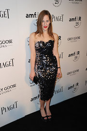 Liz Goldwyn accessorized her sultry sequined sweetheart dress with a simple black satin clutch.
