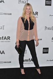 Chelsea rocked the colorblock trend by matching her silk blouse with a dark, streamlined pair of skinnies.