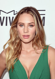 Dylan Penn opted for this casual wavy 'do when she attended the amfAR Inspiration Gala.