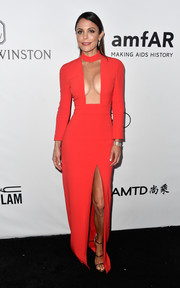 Bethenny Frankel turned up the heat in a fire engine-red Tom Ford gown with a cleavage-baring cutout at the amfAR Gala in Los Angeles.