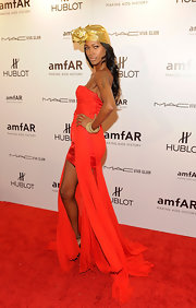Jessica White spruced up her red dress with a rose lame' turban at the amfAR Fashion Week gala.