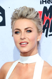 Julianne Hough looked fab with her textured pompadour at the iHeartRadio Music Awards.