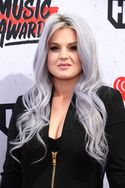 Kelly Osbourne glammed it up with this long wavy hairstyle at the iHeartRadio Music Awards.