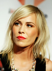 At the iHeartRadio music festival, Natasha Bedingfield wore her cool cut with soft waves and side-swept bangs. Her look requires minimal styling yet always looks great.