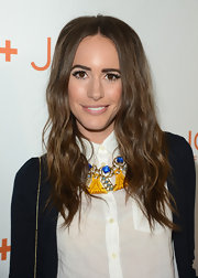 Louise Roe opted for a cool statement necklace to add some whimsy to her preppy red carpet look.