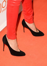 Classic black pumps topped off Noureen DeWulf's casual red carpet look.