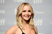 Jennifer Lawrence wore her hair in a shoulder-length layered cut at the TIFF press conference for 'mother!'
