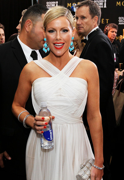 Kathleen Robertson wore a super-bright orange-red nail polish at the 69th Annual Golden Globe Awards.