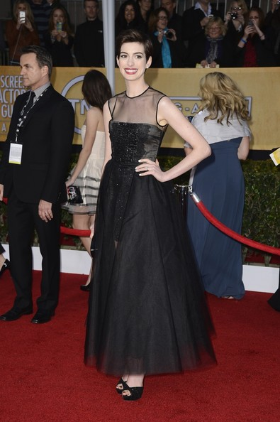 Anne Hathaway Wore Giambattista Valli at the 2013 SAG Awards