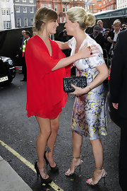 Denise van Outen carried a quilted purse at the Glamour Awards.