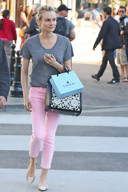 Diane Kruger made even a gray t-shirt look stylish when she paired it with pink skinny pants.