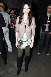 Miranda Cosgrove paired her urban style with black suede knee high boots.