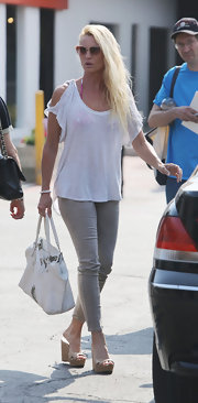 To keep her look on the lighter, summery side, Nicollette wore light gray skinny jeans.