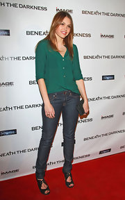 Aimee Teegarden maintained her casual red carpet style in a pair of dark skinny jeans.